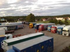 Lastwagen vor der Kneipe