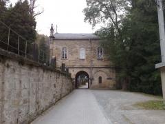Friedhofskapelle über Fahrweg